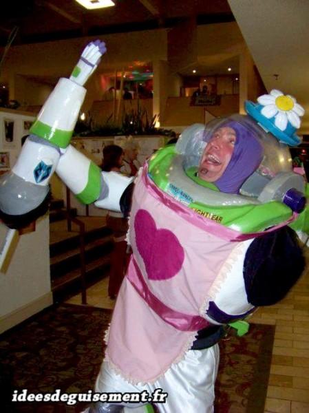 Déguisement de Buzz l'éclair rose déguisé en fille