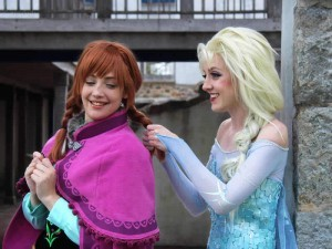 Idees-originales-deguisement-dessin-anime-disney-princesses-Anna-Elsa-a-plusieurs-en-duo