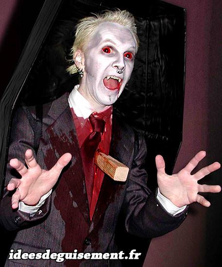 Costume de vampire blanc avec un pieu planté