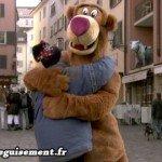 Mascotte de Baloo faisant des free hugs dans la rue
